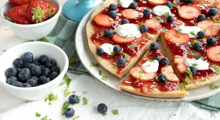 Ved å lage en tykk pannekake toppet med bær og yoghurt får du plutselig en frokostpizza! Garantert en hit hos barna når du vil lage noe gøy til frokost.