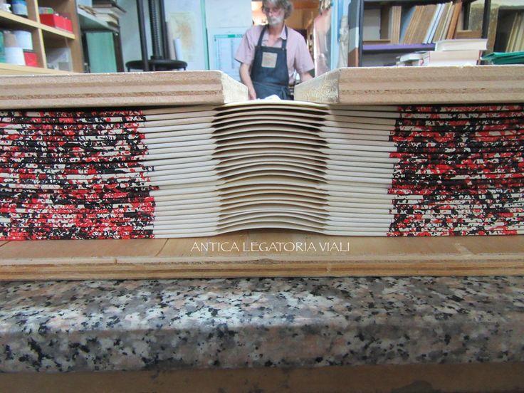 Le copertine sono fatte, pronte per essere montate sui volumi.  #legatoria #legatoriaviali #viterbo #rilegature #bookbinding #bookbinder #rilegatura #artisan #artigianato #artigiano #italy #italia #rilegare #libri #books #ArtigianatoArtistico #rilegatore #orvieto #roma #tuscia #reliure #restauro #restaurolibri #escher
