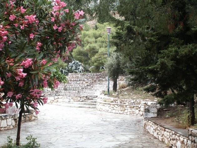 Λόφος Στρέφη // Ο λόφος του Στρέφη βρίσκεται στα Εξάρχεια και ανήκει στο Δήμο Αθηναίων.  Το παλαιότερο όνομά του ήταν Αγχεσµός και ανήκε στην οικογένεια Στρέφη. Για αρκετά χρόνια κατά τον 19ο και 20ο αιώνα λειτουργούσε εκεί λατομείο, το οποίο όμως ανέστειλε την λειτουργία του την δεκαετία του ΄20, οπότε και άρχισε η δενδροφύτευση και του λόφου. Το 1963 η οικογένεια Στρέφη δώρισε τον λόφο στον δήμο Αθηναίων.
