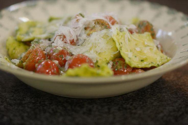 Bij de Italiaan eten we maar al te graag een bord verse pasta, maar waarom zou je die niet zelf serveren? Met een beetje handigheid en wat extra tijd, zet je verse ravioli