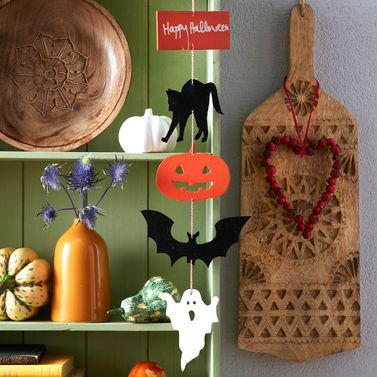Katze, Kürbis, Fledermaus: Das Mobile vereint alle typischen Halloween-Charaktere.