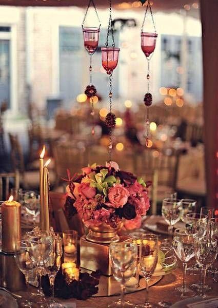 Tendencias en decoración color cobrizo. Foto: Carlay Teneyck  Velas en tono cobre, centros de mesa en tonos rosados, morado y ramas verdes, ...