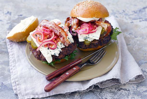 Amerikan hampurilaiset ✦ Kunnon jauhelihapihvit, marinoitu sipuli ja herkullinen Valio AURA juusto täyttävät hampurilaissämpylän takuuvarman herkullisesti! http://www.valio.fi/reseptit/amerikan-hampurilaiset/