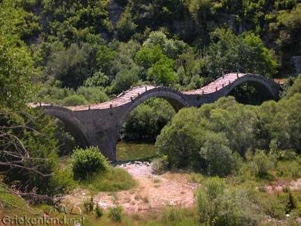 Boogbrug bij Arta op het vasteland van Griekenland. Historical bridge close to Arta on the mainland of Greece.