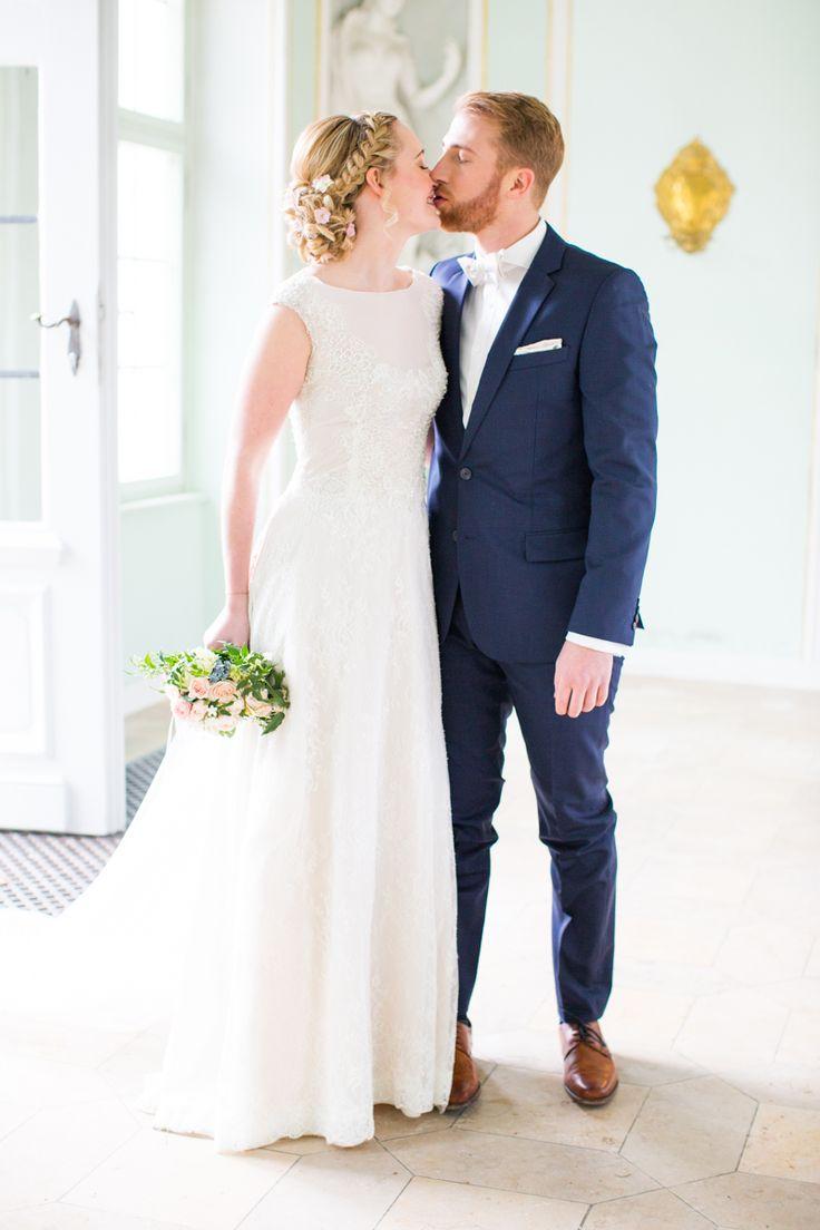 Braut Bräutigam Anzug Royalblau Brautkleid elegant verspielt natürlich Brautstrauß Rose Serenity Grün Braune Schuhe - Mint Rose Gold - Enns Fotografie