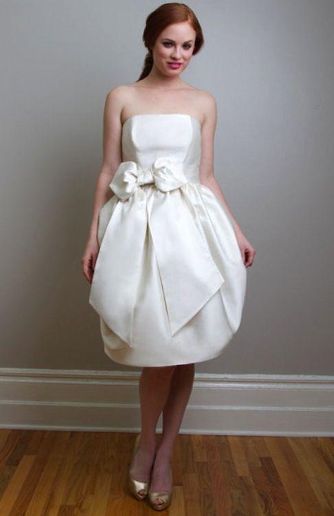 """Fancy - """"Vestido con escote palabra de honor con falda globo en mikado de seda. El vestido lleva mucho volumen en la falda para un estilo años 60. Con lazada en la cintura. Un """"bombón"""" de vestido."""""""