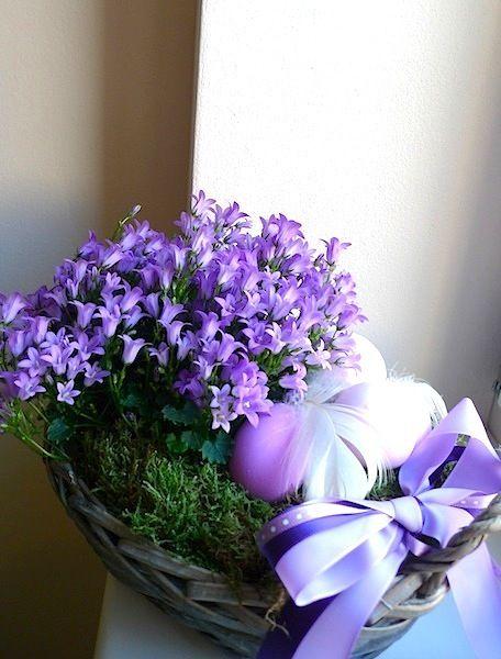 Easter table decortion with purple bells and eggs / velikonoční dekorace na stůl se zvonky a vajíčky / www.rosmarino.cz