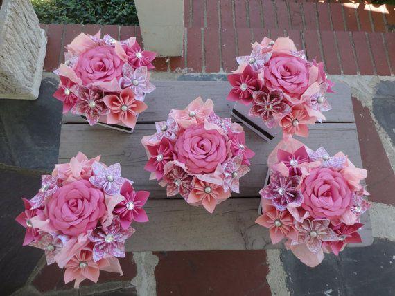 Centros de flores de papel origami - conjunto de 5 centros de mesa pequeños Kusudama rosa  Conjunto de centros de flores de papel 5. Hecho en sus colores.  Cada pieza central tiene 8 kusudama flores en sus colores con una coincidencia de color de rosa en el centro. Un grupo de coordinación de la cinta adorna el exterior. Mide aproximadamente 6 l x 6 w x 5 1/2 h flor punta a punta de flores.   Todas las fotos son de anteriores centros de mesa, su pieza central se hará fresco en sus colore...