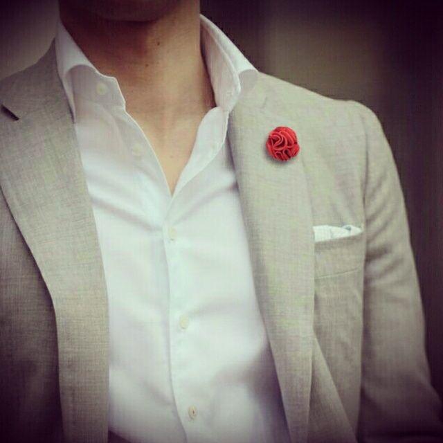 Piccolo vezzo: il fiore all occhiello. Per i francesi boutonnière, per gli inglesi buttonhole, la bottoniera è una spilla uomo da bavero dal motivo floreale; il boutonnière viene indossato sul rever sinistro della giacca da uomo. Ritornato di gran tendenza, il fiore all' occhiello è il perfetto accessorio del dandy moderno Disponibile su www.cravatte.it #fioreallocchiello #boutonnière, #fazzolettodataschino #pochette #pochetteuomo #pochettedataschino #dandy #pocketsquare #pockethandkerchief