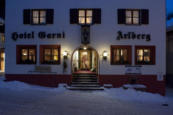 full-service in the Alpine and rustic ambiance In the province of Vorarlberg, Stuben, shortly before St. Anton (2h from Zurich), we have discovered a small piece of jewelry! The **** Hotel Garni Arlberg. At about 1400 meters located you can expect here is a roof-floor Suite in a traditional style,, a delicious Breakfast and relax …