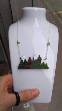 Collier en bois précieux en forme de montagnes, découper et peint entièrement à la main, recouvert de fausse herbe résiné. Agrémenté de perles en verre. Agréable à port - 20841575