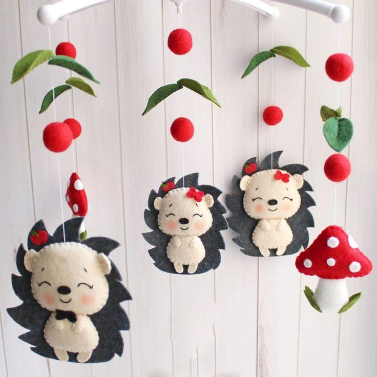 Веселый мобиль в кроватку новорожденному Семейка Ежиков подойдет в подарок и девочке и мальчику. Изысканная игрушка ручной работы – веселая семейка милых ежиков – папа, мама и маленький ежонок среди шариков-ягод, грибочков и листочков. Материал игрушек гипоаллергенный. Отдельно можно при