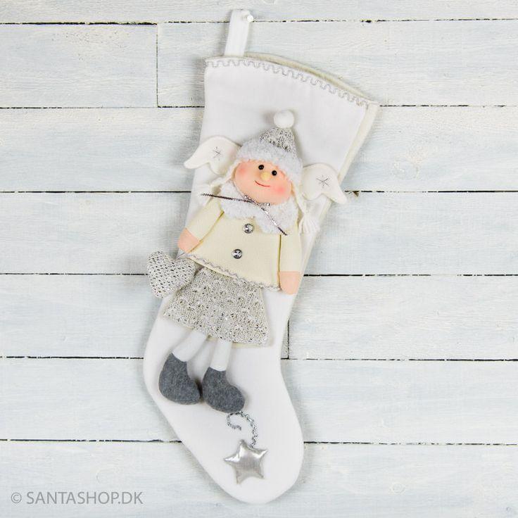 Har du en pige, der er mere til engle end nisser, så er denne julesok måske noget for dig.Lavet i hvid fleece med dekoration i sølv. På julesokken er der syet en sød englepige med vinger. Englen er påsyet som en hel figur med ben og arme, og er iklæ