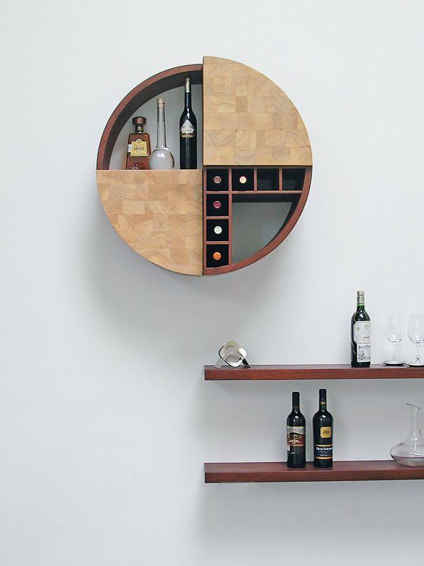 Si posee un mueble con diseños que van empotrados a la pared que le permitan almacenar copas y botellas ya cuenta con un mini bar en casa.