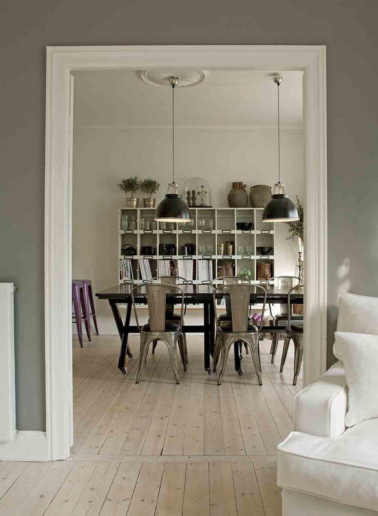 esszimmer mit retrost hlen und industrielampen aus dem. Black Bedroom Furniture Sets. Home Design Ideas
