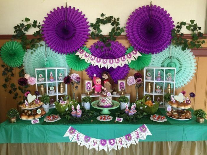 ideas para fiestas de cumpleaños, decoracion en verde y púrpura con guirnaldas y muñecas