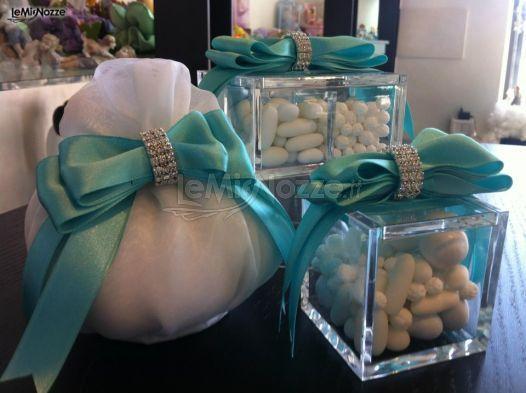 Scatoline in plexiglass e sacchetti porta confetti con nastrini #blu #tiffany per le bomboniere #matrimonio