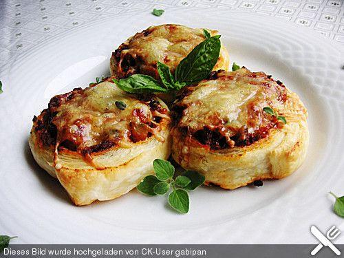 Mediterrane Hackfleisch-Blätterteig-Schnecken, ein schönes Rezept aus der Kategorie Snacks und kleine Gerichte. Bewertungen: 23. Durchschnitt: Ø 4,4.