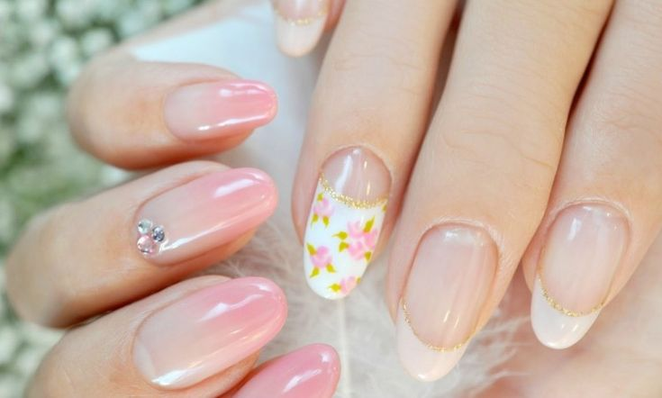 idées de nail art mariage en rose pâle en dégradé et déco en strass/french manucure en blanc et or avec déco florale