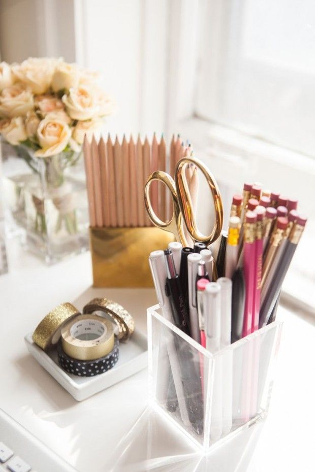 Decor escrivaninha: Objetos dourados, da tesoura ao durex
