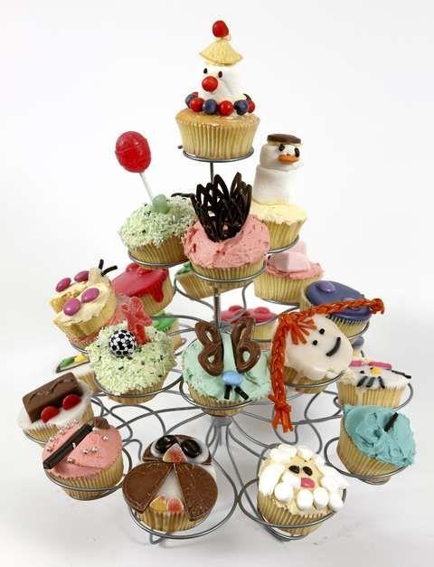 MUFFINS PÅ STATIV: Her er alle muffinsene på ett brett. Et muffinsstativ lager ekstra fest.