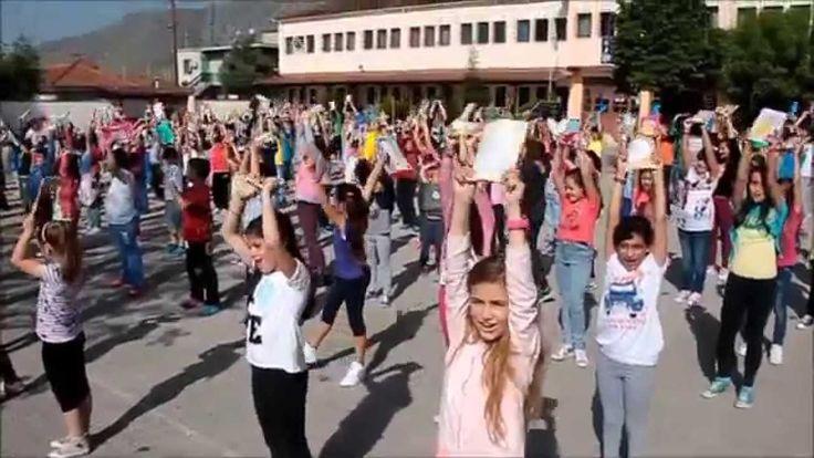 """""""Μ' ένα βιβλίο ..."""" flash mob - 4ο Δημοτικό Σχολείο ΤΥΡΝΑΒΟΥ"""