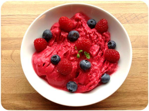 Syrlig, frisk, sunn, søt & kald bringebærsorbet (lindastuhaug)