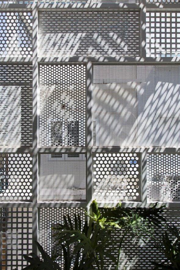 Cette maison situé dans la ville de Hoh Chi Minh au Vietnam a été conçu et réalisé par le cabinet d'architecture DD concept. Les défis de la conception était les conflits entre le besoin d'intimité...