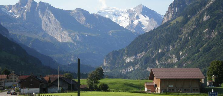 http://mundodeviagens.com/suica/ - Está na hora de viajarmos até à Suíça, a terra dos fabulosos chocolates e queijos, que nos deixam água na boca só de pensar. Conhecida também pelos seus Alpes, os amantes do alpinismo podem preparar as suas botas, bem como a voz para cantar o tirolês. Está pronto? Vamos lá então.