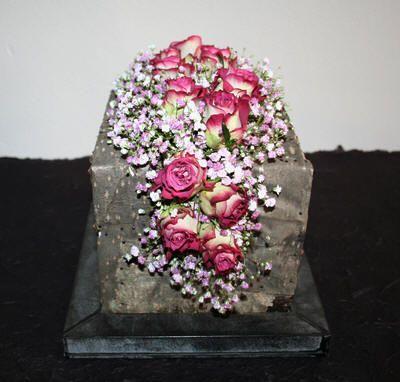 Bloemschikken: kubus van piepschuim bekleden met schors en opvullen met een bloemstuk