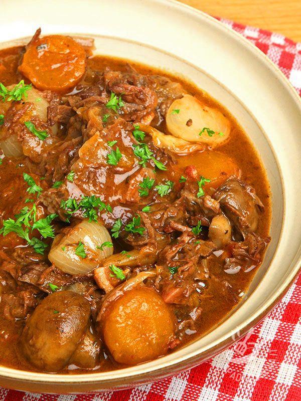 Lo Spezzatino di manzo ai funghi è una ricetta rustica della tradizione contadina, che necessita di un po' di tempo ma ripaga in gusto!