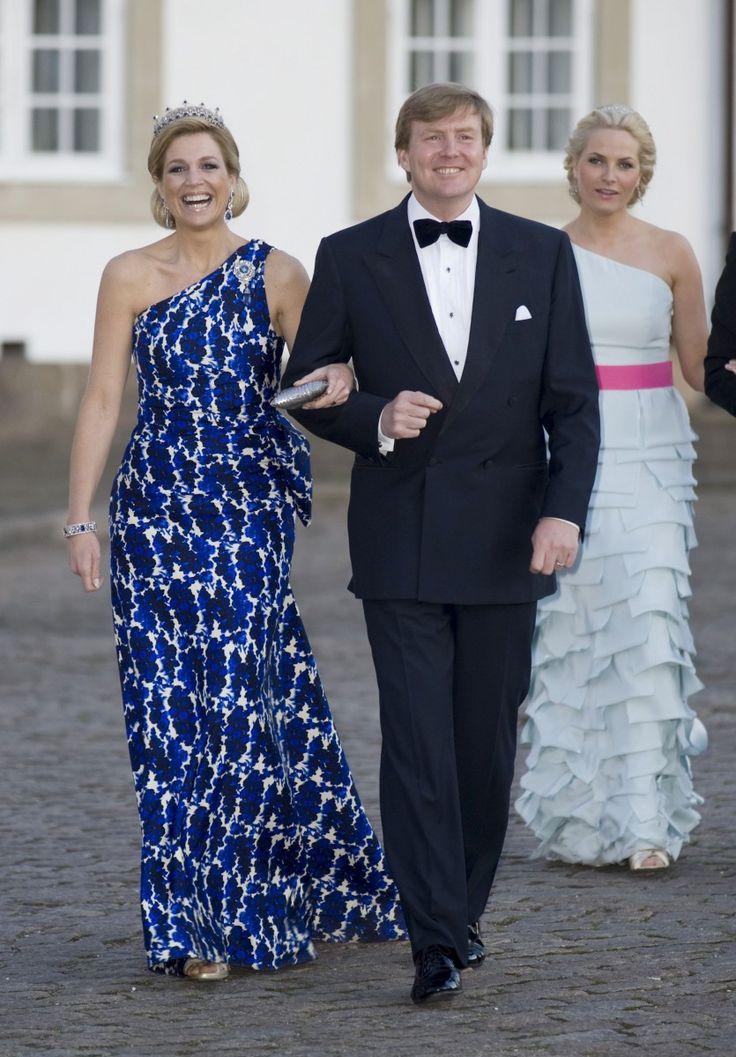 Элегантный, как всегда. Тогда еще наследная Принцесса Максима в красивом платье с сине-белым узором королевы Маргрете 70-й день рождения на 16. апрель 2010.