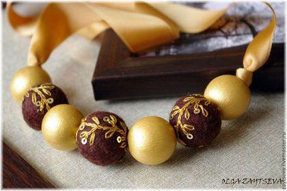 Купить или заказать Бусы 'Шоколад в золотистой обертке' в интернет-магазине на Ярмарке Мастеров. Ничего лишнего: под легкой золотистой оберткой - настоящий горький шоколад. Цветовая гамма украсит обладательницу карих глаз и темных волос. Ленты двусторонние, очень приятные на ощупь, сзади завязываются в красивый бант. Все украшения упаковываются в подарочные мешочки из органзы. Пример упаковки здесь…