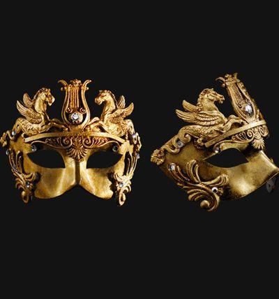 Venetiaans barok oogmasker goud. Dit zeer luxe Venetiaans masker is handgemaakt en het papier mache bevat elasticiteit en zachtheid voor extra draagcomfort en voorzien van goud pleisterwerk. Ideaal voor uw Venetiaans gemaskerd bal of theater doeleinden. Ongeveer 18 x 13 cm.