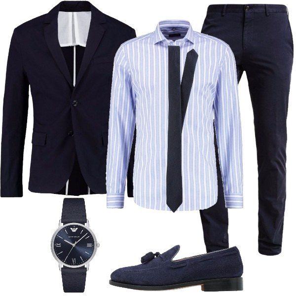 Outfit elegante da uomo composto da un pantalone modello chino in blu scuro, una camicia in cotone a righe azzurre e bianche, una cravatta in blu scuro, una giacca elegante in cotone, un paio di scarpe senza lacci scamosciate blu e un orologio in acciaio inossidabile e cinturino in pelle blu.