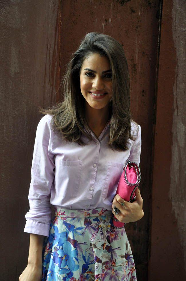 Camila Coelho veste Camisa Dudalina, saia Empório Anna, bolsa Stella McCartney, sandália Jimmy Choo.