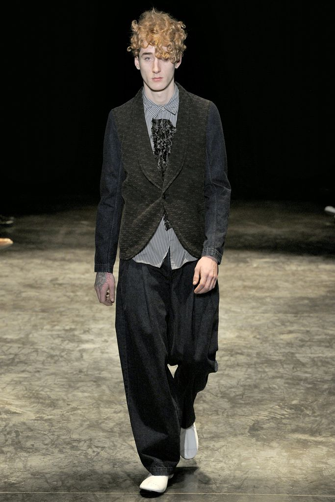 Comme des Garçons - Fall 2011 Menswear - Look 1 of 39