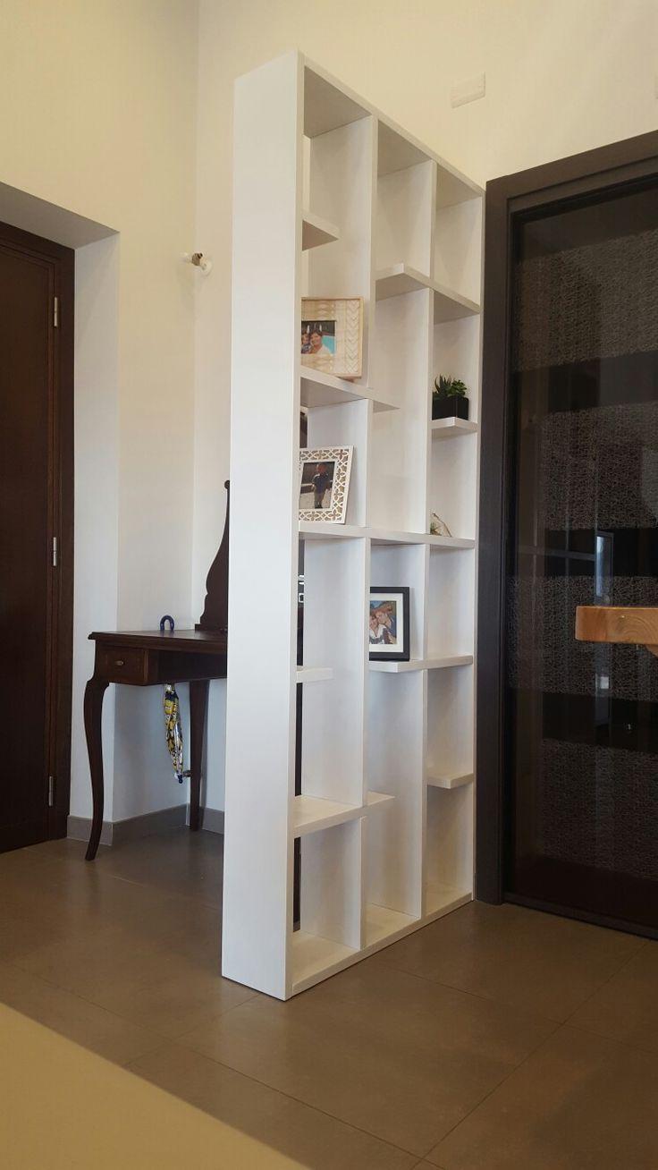 Libreria divisorio in lamellare di abete spessore 27 mm, verniciato a pennello con smalto ad acqua