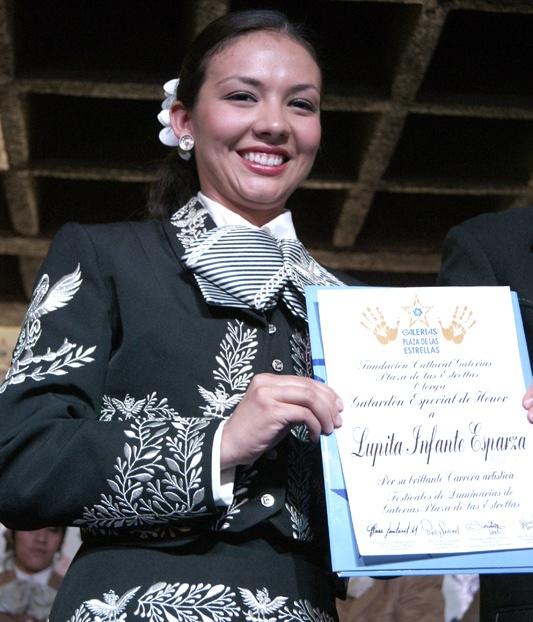 Lupita Infante también recibió un reconocimiento por su exitosa trayectoria.