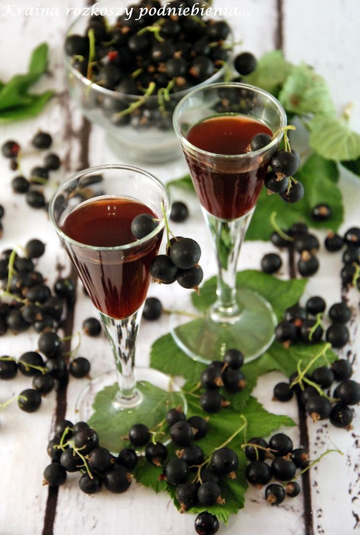 Crème de cassis to tradycyjny francuski likier z czarnych porzeczek produkowany w Burgundii. Rok temu pierwszy raz przygotowałam jego dom...
