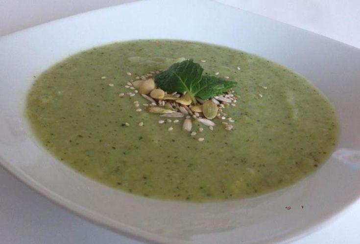 Brokoli Çorbası  -  Fügen Büke #yemekmutfak.com Brokoli çok zengin vitamin ve mineral içeriğine sahip bir sebzedir. C, K, A, B ve E vitaminlerinin yanı sıra folat, demir, kalsiyum, selenyum, magnezyum ve fosfor içerdiği minerallerden bazılarıdır. Kış aylarında bağışıklık sistemini güçlendirmek ve daha enerjik olmak için daha sık brokoli yemeliyiz. Brokoli çorbası soğuk kış günlerinde, çok lezzetli, besleyici ve sağlıklı bir çorbadır. Bu tarifi paylaşan Filiz Patilovski'ye teşekkürler.