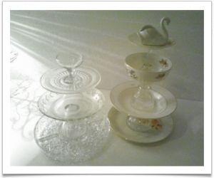 Zelf gemaakt van oude borden en schalen van porselein en aardewerk en oude glazen. Middagje freubelen met het lijmpistool en je kunt hapjes leuk presenteren.