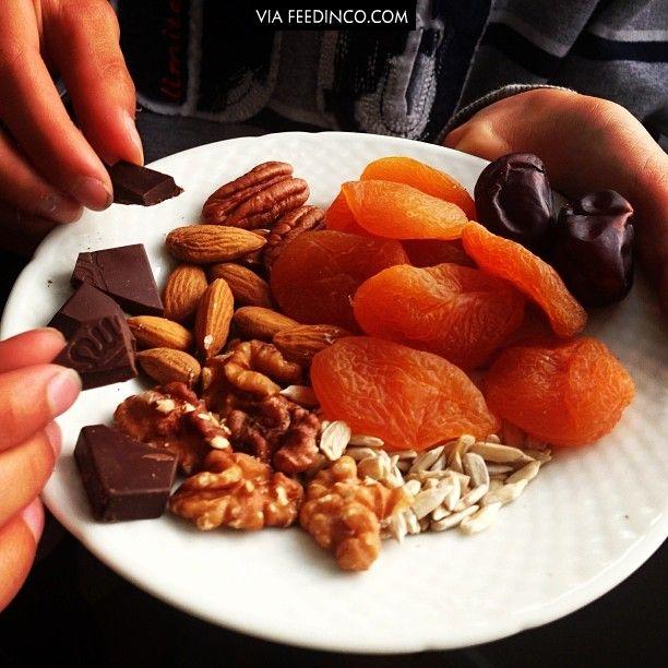 Når man kommer hjem fra skole og blodsukkeret er så lavt at man næsten ikke kan vente med aftensmaden, så er det lækkert lige at få en tallerken ned tørret frugt, 85% mærk chokolade, nødder og kerner af mor til lektierne (På tallerknen er Tørret abrikoser, dadler, 85% mørk chokolade, mandler, valnødder, Pecan nødder og solsikkekerner)#tørretfrugt #nødder #nuts #kerner #dates #dadler #abrikos #mørkchokolade #chocklate #almond #pecan #walnødder #solsikkekerner >>> check similar images on…