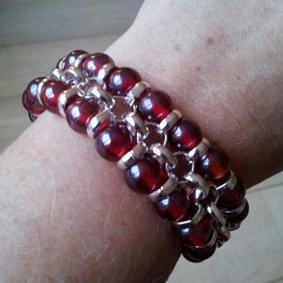 Mooie, handgemaakte armband met zilveren jasseron ketting en donkerrode kralen. Aangeboden door sieradenmaker Kerenpninim.