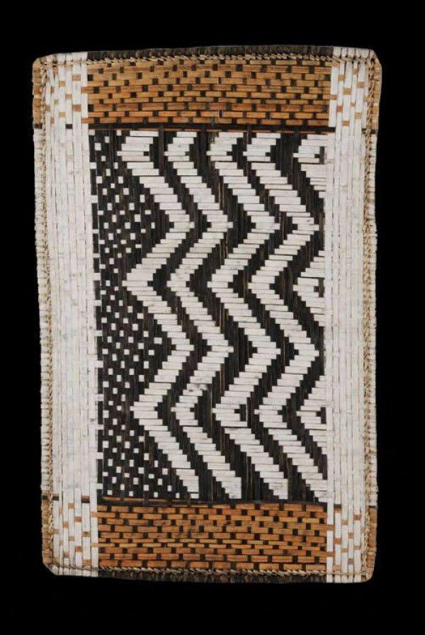 Les Mbole habitent la forêt equatoriale du nord-est du Congo et vivent des deux côtés du Lomami. Très habiles en travaux de vannerie, les hommes Mbole font des pièges à poissons et tissent des nattes destinés aux murs et aux toits de leurs cases. Les femmes tissent des paniers, des nattes de couchage et également de plus petites nattes rectangulaires appelées losa en langue vernaculaire.