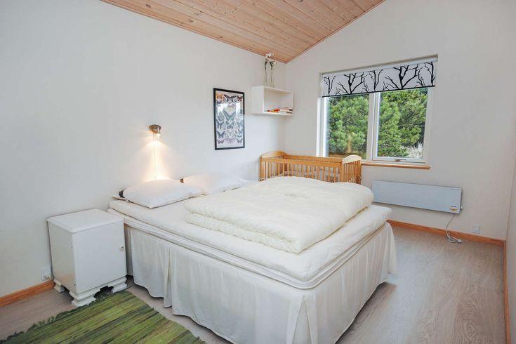 6 Schlafplätze - 3 große Schlafzimmer mit Doppelbetten und ausreichend Schrankplatz. 1 extra Zimmer, das als Spielzimmer mit u.a. doppelter Schlafcouch, Schreibtisch und TV um DVD-Filme abzuspielen eingerichtet wurde. Ein optimaler Platz für die Kinder, um es sich gemütlich zu machen. Kinderbett und Hochstuhl sind vorhanden.   #Ferienhaus #Dänemark #Nordsee #Sondervig