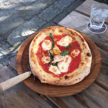 地元野菜や自家製ソーセージを使ったピザも絶品。ビールとの組み合わせはたまりません!天気の良い日は中庭のオープンテラスで食べたいですね♪