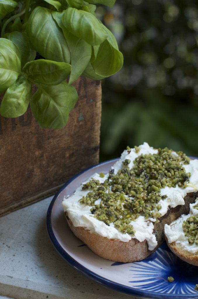 Pistachio pesto and goat cheese bruschetta - bruschetta con pesto di pistacchi  e formaggio di capra
