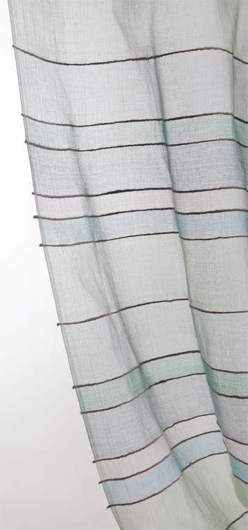 70 fotos de cortinas e persianas para todos os gostos - Casa Fios de juta intercalam as listras de algodão na cortina Water Blue. Levemente transparente, ela deixa passar uma luz suave no ambiente. O preço de uma folha, de 1,10 x 2,50 m, é 140 reais na Mar Doce Lar.