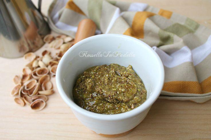 Pesto di pistacchi, ricetta base. Delizioso e versatile come condimento per la pasta ma anche per accompagnare carni rosse e bianchi e pesce